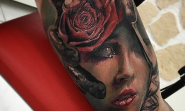 Ligera-ink-tattoo-milano-tatuaggi-milano-tatuatore-milano-tatuaggi-realistici-milano-tattoo-realistici-milano-tatuaggio-ritratto-donna-tatuaggio-rosa