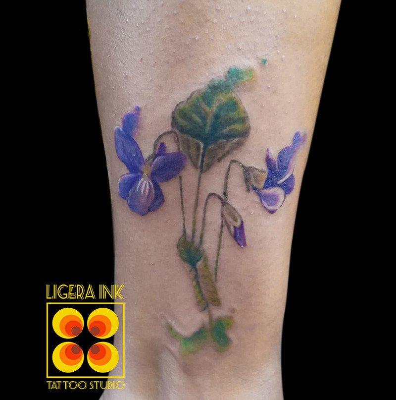 Ligera-ink-tattoo-milano-tatuaggi-milano-tatuatori-milano-miglior-tatuatore-milano-tatuaggi-fiori-tatuaggi-violette-tatuaggi-watercolor-milano