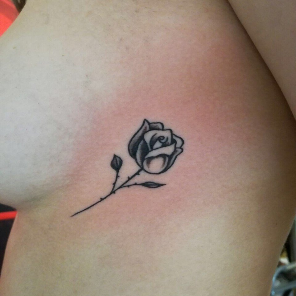 Ligera Ink tatuaggi piccoli femminili tatuaggi minimal tattoo minimal tatuaggio tattoo rosa tatuaggio rosa minimal