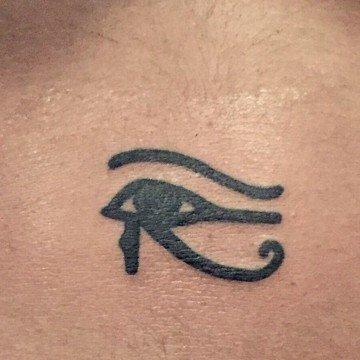 Ligera Ink Tattoo milano tatuaggio occhio di ra tatuaggio occhio di Horus tattoo occhio di ra tattoo occhio di horus tatuaggi egiziani migliori tatuatori milano miglior tatuatore milano tattoo studio milano tatuaggi minimal tatuaggi piccoli uomo tatuaggi simboli esoterici