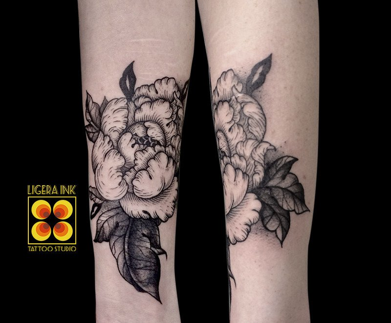 Ligera Ink tattoo milano tatuaggi milano tatuatori milano tatuaggio peonia blackwork tattoo peonia blackwork