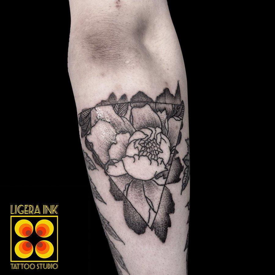 Assazina-Ligera-Ink-tattoo-milano-tatuaggi-milano-blackwork-tattoo-milano-tatuaggio-peonia-bianco-nero-tatuatori-milano-tatuatore-milano-tatuaggio-peonia