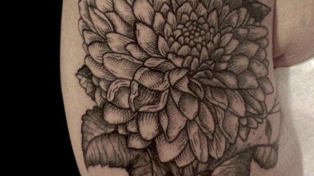 Ligera-Ink-Tattoo-milano-tatuaggi-milano-tatuaggi-fiori-tatuaggio-dalia