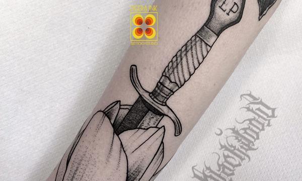 Ligera-ink-tattoo-milano-tatuaggi-milano-tatuatori-milano-migliori-tatuatori-milano-tatuaggio-pugnale-tattoo-lama