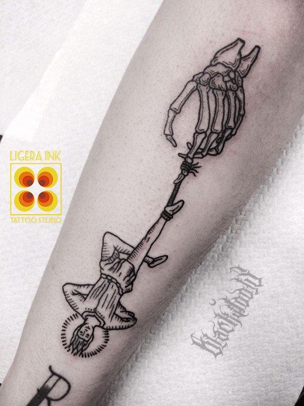Ligera-ink-tattoo-milano-tatuaggi-milano-migliori-tatuatori-milano-miglior-tatuatore-milano-tattoo-studio-milano-tatuaggio-blackwork-milano-tattoo-blackwork-milano-tatuaggio-appeso