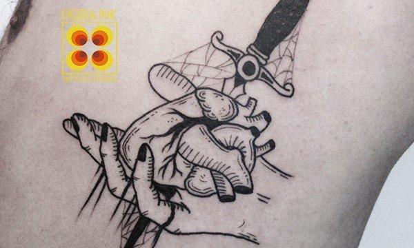 Ligera-ink-tattoo-milano-tatuaggi-milano-migliori-tatuatori-milano-tattoo-studio-milano-tatuaggi-blackwork-milano-tatuaggio-cuore-blackwork