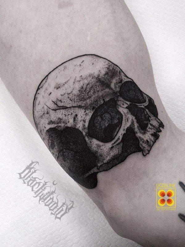 Ligera-ink-tattoo-milano-tatuaggi-milano-migliori-tatuatori-milano-tatuaggio-teschio-blackwork-tatuaggio-blackwork