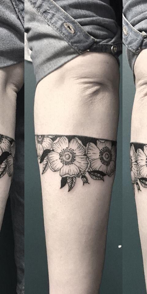 tatuaggi-blackwork-milano-tatuaggi-milano-tattoo-milano-miglior-tatuatore-milano-tatuatori-milano-tatuaggio-bracciale-fiori-tattoo-milano-tatuatori-blackwork