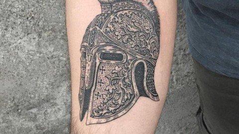 tatuaggi-blackwork-milano-tatuaggi-milano-tattoo-milano-miglior-tatuatore-milano-tatuatori-milano-tatuaggio-elmo-spartano-tattoo-milano-tatuatori-blackwork