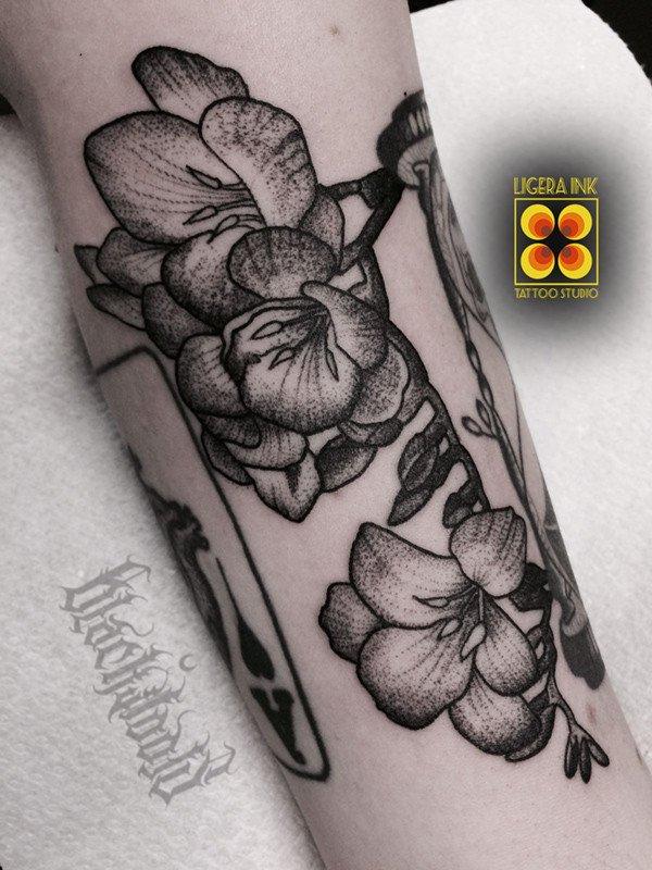Ligera-Ink-tattoo-milano-tatuaggi-milano-migliori-tatuatori-milano-miglior-tatuatore-milano-studio-tatuaggi-milano-tatuaggio-blackwork-milano-tatuaggi-botanici-tattoo-botanico