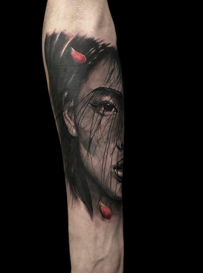 Ligera-ink-tattoo-milano-tatuaggi-milano-migliori-tatuatori-milano-tatuaggio-realistico-milano-tatuatori-realistici-milano-tattoo-realistico-milano-tatuaggio-ritratto-donna