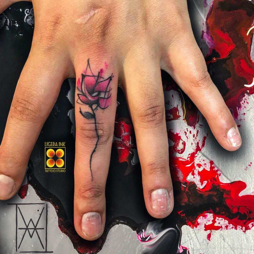 Ligera-ink-tattoo-milano-tatuaggi-milano-tatuatori-milano-migliori-tatuaggio-sulle-dita-tatuaggio-rosa-tattoo-rosa