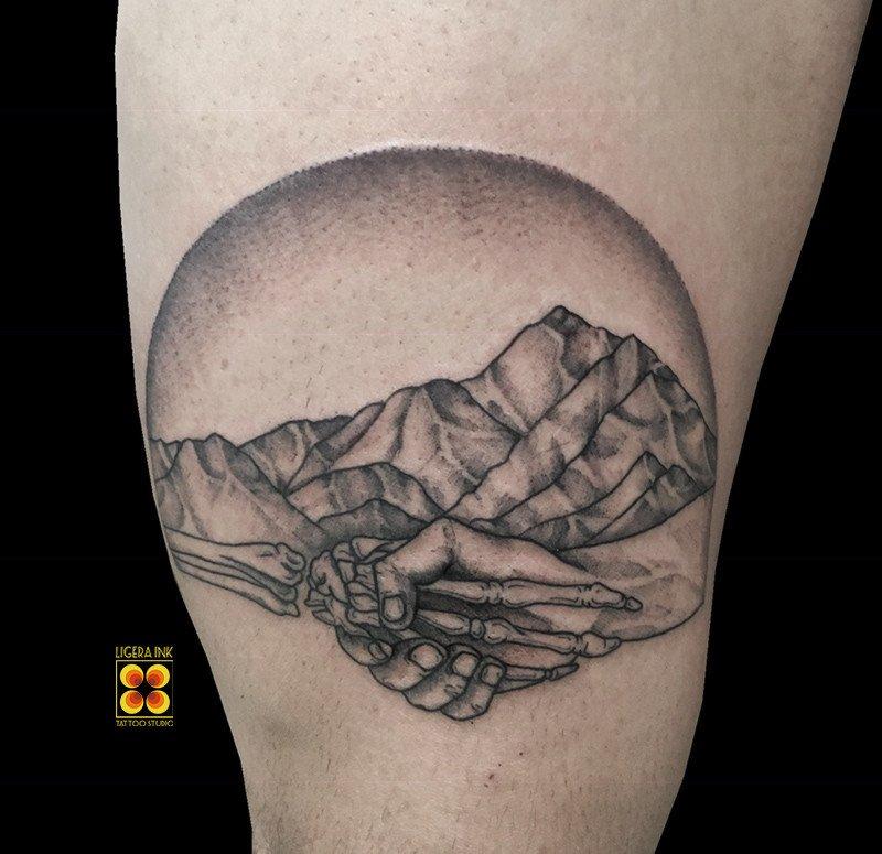 Ligera-ink-tattoo-milano-tatuaggi-milano-migliori-tatuatori-milano-tatuaggio-blackwork-milano-tattoo-blackwork-milano-tatuaggio-stretta-di-mano