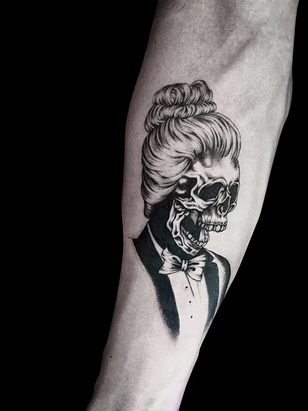 Ligera-ink-tattoo-milano-tatuaggi-milano-migliori-tatuatori-milano-tatuaggi-blackwork-milano-tattoo-blackwork-milano-tatuaggi-zombie-tatuaggio-smoking-teschio-donna