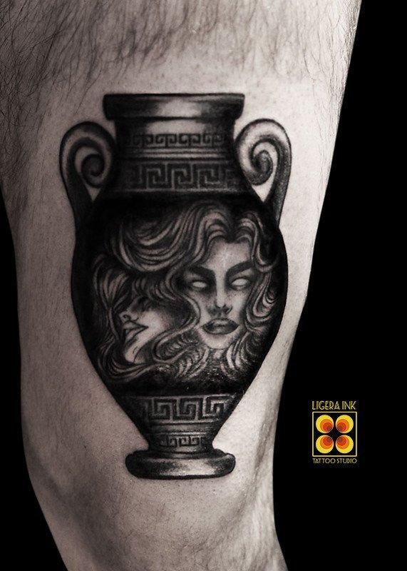 Ligera-ink-tattoo-milano-tatuaggi-milano-migliori-tatuatori-milano-tatuaggio-blackwork-milano-tattoo-blakcwork-milano-tatuaggio-vaso-greco