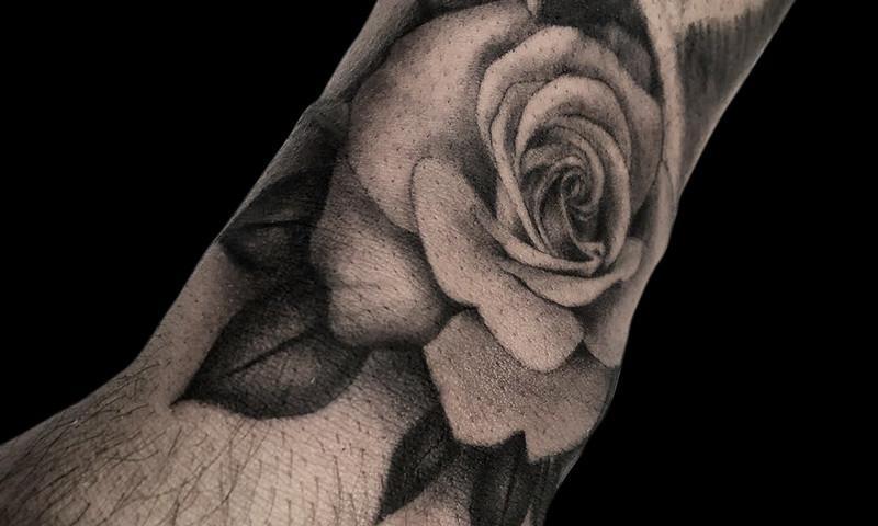 Ligera-ink-tattoo-milano-tatuaggi-milano-migliori-tatuatori-milano-tattoo-chicano-milano-tatuaggi-chicani-milano-tatuaggio-scritte-tatuaggio-ritratto-chicano-tatuaggio-rosa-realistica